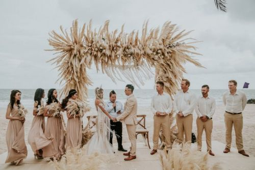 Revamp Your Seasonal Beach Wedding With Dried Floral Accents